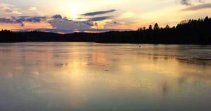 Puesta del sol del invierno en el lago Imágenes de archivo libres de regalías