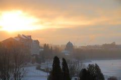 Puesta del sol del invierno en la ciudad Foto de archivo libre de regalías