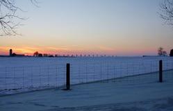 Puesta del sol del invierno en la granja Imagen de archivo libre de regalías