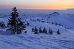 Puesta del sol del invierno en la montaña - Rumania Fotografía de archivo