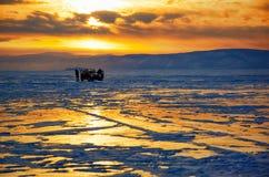 Puesta del sol del invierno sobre el lago Baikal Fotos de archivo