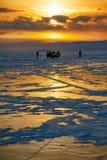 Puesta del sol del invierno sobre el lago Baikal Foto de archivo
