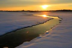 Puesta del sol del invierno sobre el pequeño río en estepa Fotografía de archivo libre de regalías