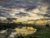 Puesta del sol del invierno sobre el río gran Ouse Foto de archivo