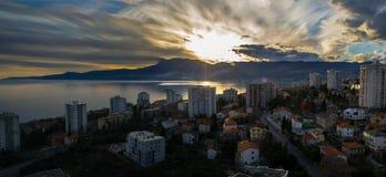 Puesta del sol del invierno sobre la ciudad Fotos de archivo libres de regalías