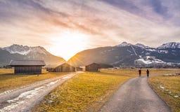 Puesta del sol del invierno sobre las carreteras nacionales alpinas Fotos de archivo libres de regalías