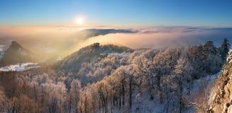 Puesta del sol del invierno sobre las nubes Fotografía de archivo libre de regalías