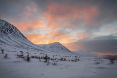 Puesta del sol del invierno sobre las tierras de la tabla Foto de archivo