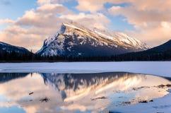 Puesta del sol del invierno sobre los lagos y el soporte bermellones Rundle Fotografía de archivo