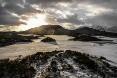 Puesta del sol del invierno sobre una colina Fotografía de archivo libre de regalías
