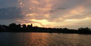 Puesta del sol del lago, burning del cielo azul Foto de archivo