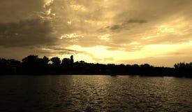 Puesta del sol del lago, burning del cielo azul Imagen de archivo libre de regalías