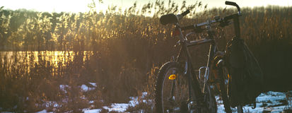 Puesta del sol del lago de la nieve de la bicicleta de la bici Fotografía de archivo libre de regalías