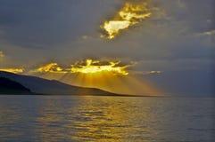 Puesta del sol del lago Sayram Fotos de archivo libres de regalías