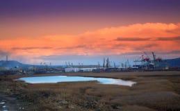 Puesta del sol del lago varna del puerto de la zona industrial Foto de archivo libre de regalías
