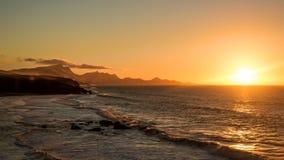 Puesta del sol del lapso de tiempo con las ondas en la isla de Fuerteventura, las Canarias, España almacen de video
