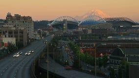 Puesta del sol del lapso de tiempo del tráfico de ciudad de Seattle almacen de metraje de vídeo