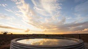 Puesta del sol del lapso de tiempo sobre la presa artificial de la granja almacen de metraje de vídeo