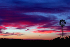 Puesta del sol del molino de viento imagenes de archivo
