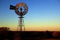 Puesta del sol del molino de viento en Australia central Imagen de archivo libre de regalías