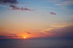 Puesta del sol del océano y un barco de pesca Imágenes de archivo libres de regalías