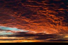 Puesta del sol del oeste de Tejas con rojos brillantes Imagen de archivo libre de regalías