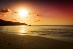 Puesta del sol del oro en la playa de la arena Imagenes de archivo
