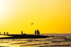 Puesta del sol del oro sobre el escupitajo de la arena en el mar Foto de archivo libre de regalías