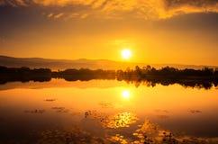 Puesta del sol del oro sobre el río Foto de archivo