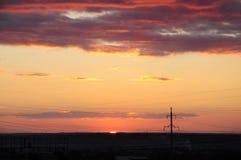 Puesta del sol del otoño, nubes hermosas, igualando Foto de archivo