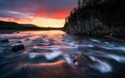 Puesta del sol del paisaje de la naturaleza en el río de las montañas Fotos de archivo libres de regalías