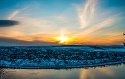 Puesta del sol del paisaje del invierno sobre el pueblo Fotografía de archivo