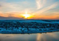 Puesta del sol del paisaje del invierno sobre el pueblo Imagen de archivo