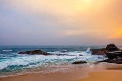 Puesta del sol del paisaje en la playa tropical rocosa fotos de archivo libres de regalías