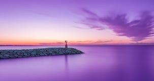 Puesta del sol del paisaje marino con el cielo y el mar púrpuras Exposición larga imagenes de archivo