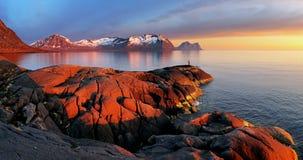 Puesta del sol del panorama de la montaña del océano - Noruega Fotografía de archivo