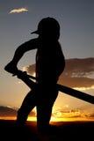 Puesta del sol del principio del oscilación de béisbol de la silueta Imagenes de archivo