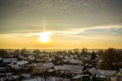 Puesta del sol del pueblo del invierno Imagenes de archivo