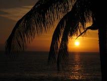 Puesta del sol del rojo anaranjado en el mar Imágenes de archivo libres de regalías