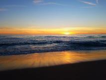 Puesta del sol del rosa del amarillo anaranjado en la playa 4k Imagen de archivo libre de regalías