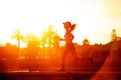 Puesta del sol del silhoette del corredor Imagen de archivo libre de regalías