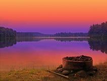 Puesta del sol del sitio para acampar Imagen de archivo libre de regalías