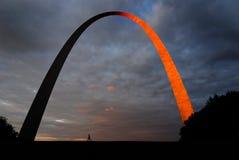 Puesta del sol del St Louis Arch Metal Gateway Landmark que brilla intensamente anaranjada Foto de archivo