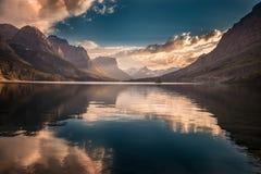 Puesta del sol del St Mary Lake Foto de archivo libre de regalías