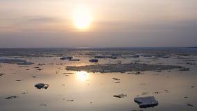 puesta del sol del time lapse 4k Desviación del hielo en el río En la primavera los flotadores del hielo almacen de video