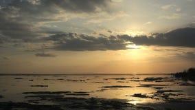 puesta del sol del time lapse 4k Desviación del hielo en el río En la primavera los flotadores del hielo almacen de metraje de vídeo