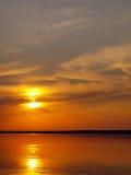 Puesta del sol del verano en el lago Imagen de archivo