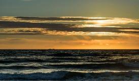 Puesta del sol del verano en la playa de Sooes Foto de archivo