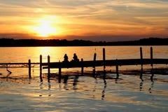 Puesta del sol del verano sobre el lago Imagen de archivo libre de regalías