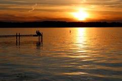 Puesta del sol del verano sobre el lago Foto de archivo